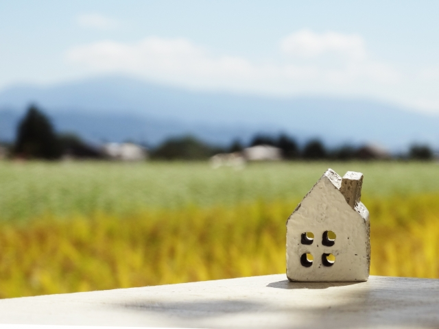 住宅において最も重要なのは「断熱性能」と「気密性能」!住宅の背景は畑
