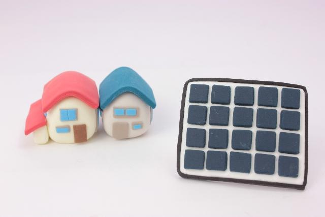 住宅と太陽光パネルのクレイアート
