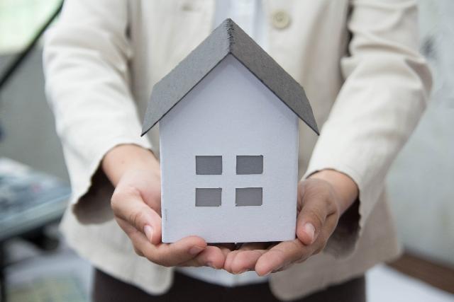 住宅の模型を持つ設計士さん
