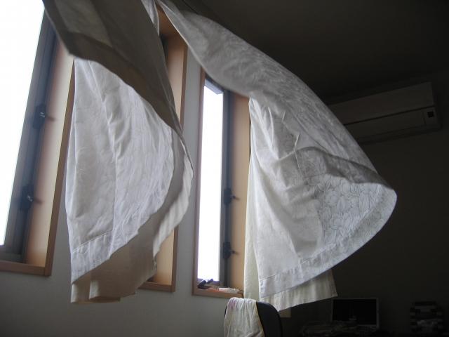 風が室内に入り込んでいる画像