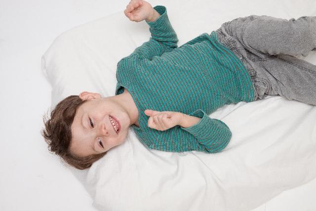 マットレスに寝る男の子