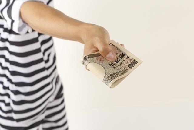 お金を支払っている画像