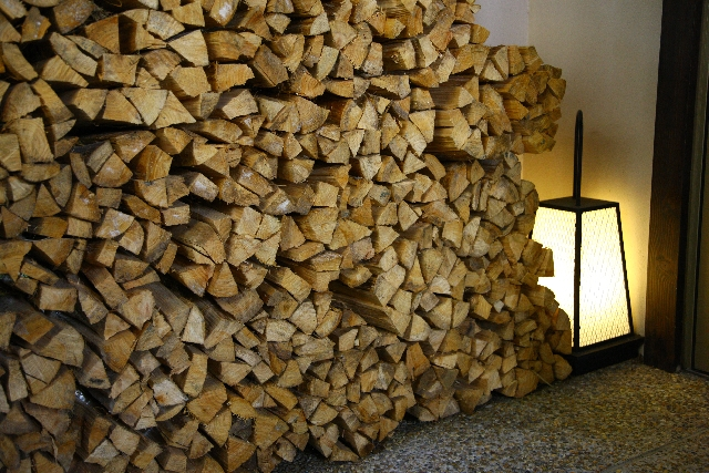 積み重なっている薪の画像