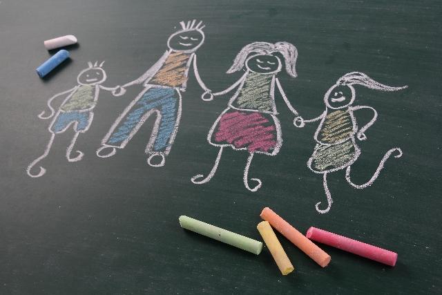 黒板にチョークで書かれた家族の絵