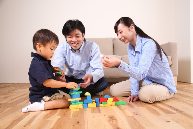 ブロックで遊ぶ家族の画像