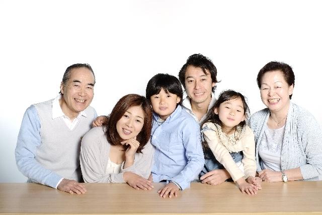 三世代の家族が映った画像