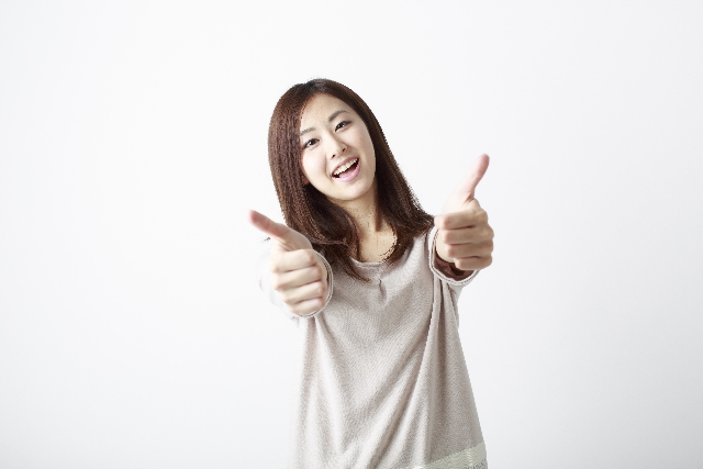 親指を立てている女性【オススメサイト】