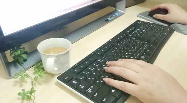 パソコンを操作する人の手